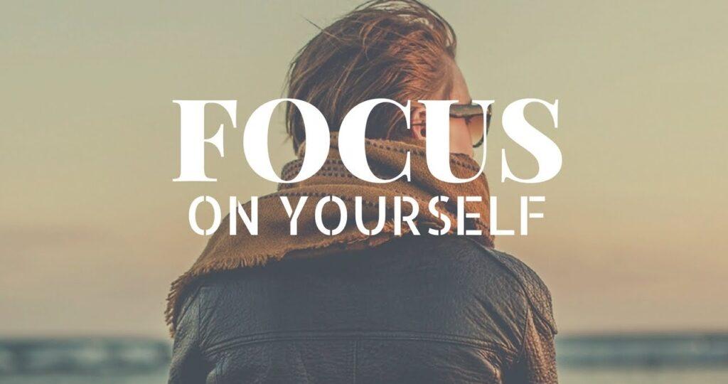 Ai fost vreodată atât de concentrat pe alte persoane și lucruri, încât te-ai neglijat aproape complet? Dacă vrei să-i mulțumești mereu pe alții, îți va fi dificil să mai ai timp și pentru propriile nevoi. Uneori poți fi atât de captat de alte lucruri, încât uiți să mai faci o prioritate din propria persoană. Astăzi îți spun cum să te focusezi mai mult pe tine însuți.