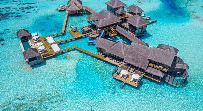 Bogat în verdeață luxuriantă, naturală și înconjurat de lagune spumante, din safir, Gili Lankanfushi strălucește ca o bijuterie în Oceanul Indian.