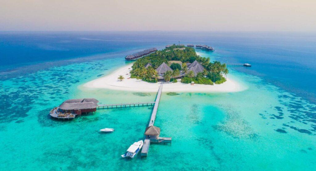 Cele mai bune resorturi de lux din Maldive - Recent renovat și redeschis în decembrie 2014, Mirihi Island Resort îmbină perfect luxul modern cu viața tradițională maldiviană. Situată în Atolul Ari de Sud, această mică insulă curată are o lungime de doar 350 m și o lățime de 50 m.