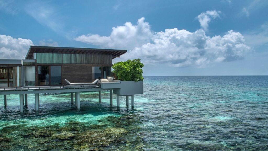 Situat pe o insulă privată curată, este Park Hyatt Maldives Hadahaa. În această oază tropicală, oaspeții se pot relaxa într-una din cele cincizeci de vile private. Fiecare dintre aceste spații luxoase are ferestre din podea până în tavan, punți private, iar în unele, o piscină privată mică și adâncă.