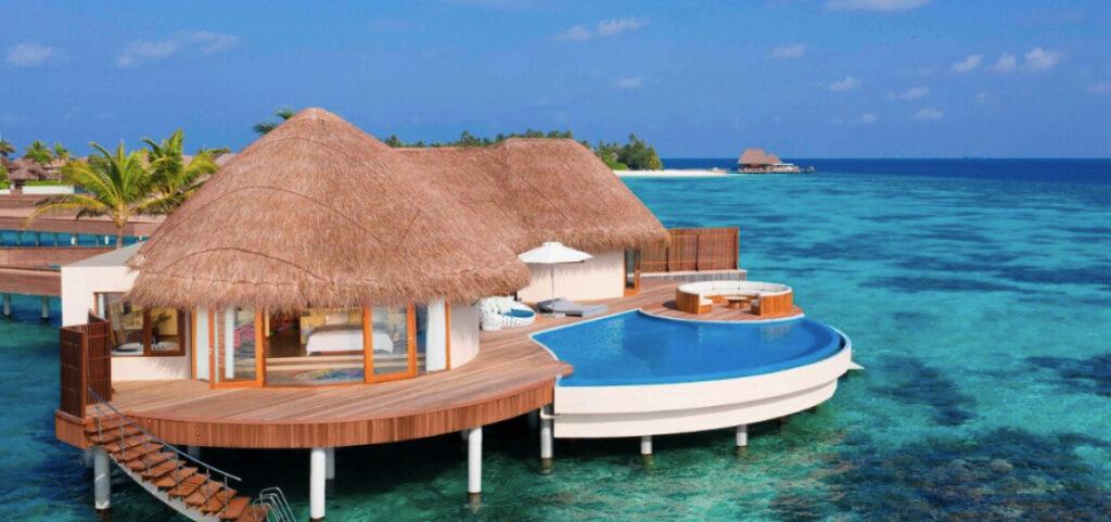 Pentru iubitorii de relaxare, scufundări și navigare, W Retreat & Spa Maldives este un adevărat paradis. Acest complex de 5 stele cuprinde 77 de vile private, fiecare cu propria terasă însorită și piscină mică și adâncă.